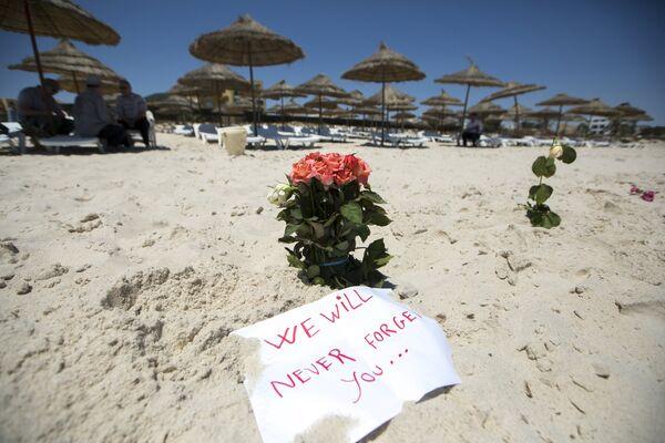 Цветы на месте нападения на туристов на пляже отеля курорта Эль-Кантауи в Тунисе. Июнь 2015