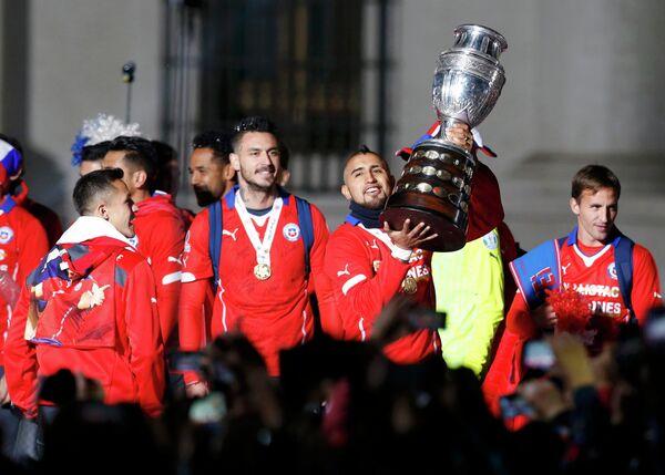 Полузащитник сборной Чили Артуро Видаль держит трофей за победу на Кубке Америки