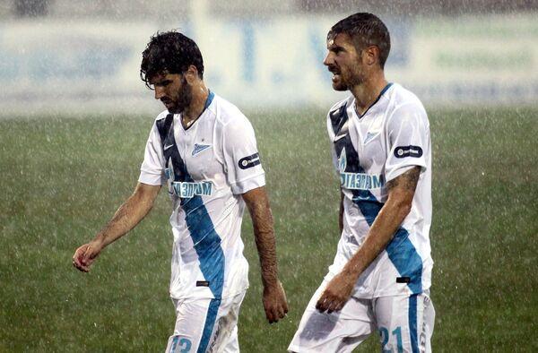 Футболисты Зенита Луиш Нету (слева) и Хави Гарсия