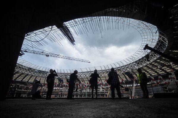Фотографы на строительной площадке Большой Спортивной Арены Лужники в Москве