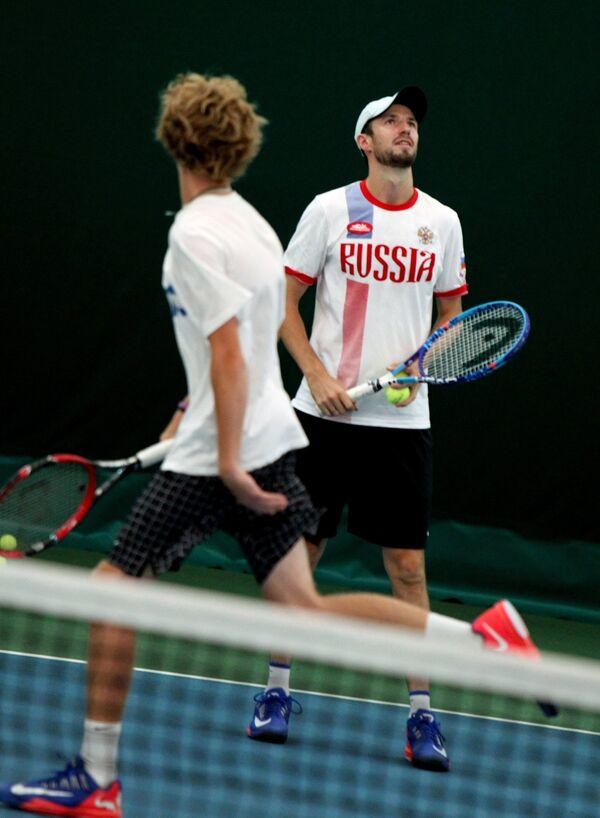 Теннисисты сборной России Андрей Рублев и Константин Кравчук (справа) на тренировке