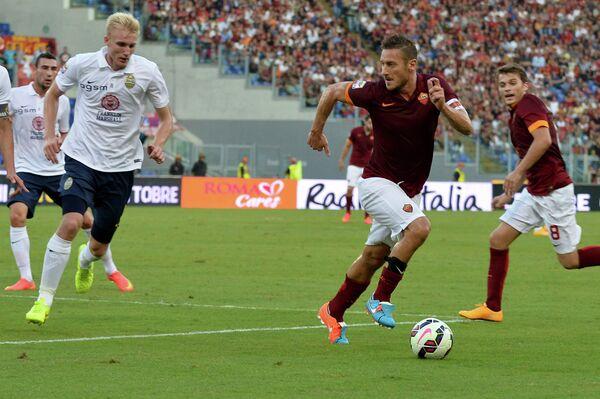 Защитник сборной Дании по футболу Фредерик Соренсен и форвард сборной Италии Франческо Тотти (слева направо)