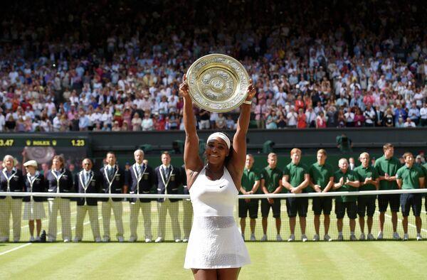 Серена Уильямс с титулом за победу на Уимблдонском теннисном турнире