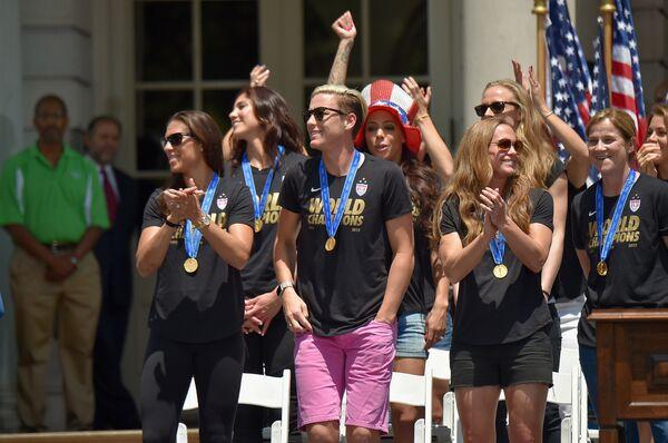 Футболистки сборной США по футболу и главный тренер команды Джилл Эллис (крайняя справа)