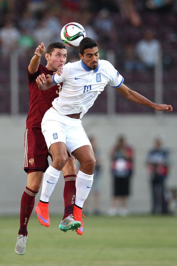 Защитник юношеской сборной России Никита Чернов (слева) и полузащитник сборной Греции Петрос Орфанидис