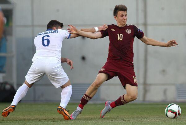Игрок юношеской сборной России Александр Головин и полузащитник сборной Греции Зисис Карахалиос