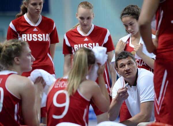 Главный тренер сборной России Дмитрий Донской во время матча на чемпионате мира по баскетболу среди девушек до 19 лет