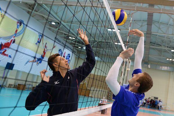 Игроки мужской сборной команды России по волейболу Виктор Полетаев (слева) и Алексей Обмачаев