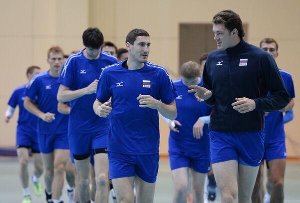 Игроки мужской сборной команды России по волейболу Максим Михайлов и Дмитрий Мусэрский (на первом плане слева направо)