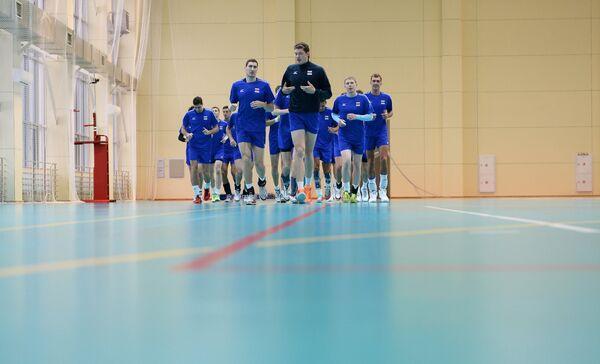 Игроки мужской сборной команды России по волейболу Максим Михайлов и Дмитрий Мусэрский (в первом ряду слева направо)