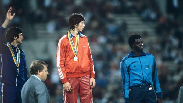 Призеры XXII летних Олимпийских игр (19 июля - 3 августа) по легкой атлетике в тройном прыжке на пьедестале почета (слева направо): Виктор Санеев (СССР, 2-е место), Яак Уудмяэ (СССР, 1-е место) и Жоао де Оливейра (Бразилия, 3-е место)