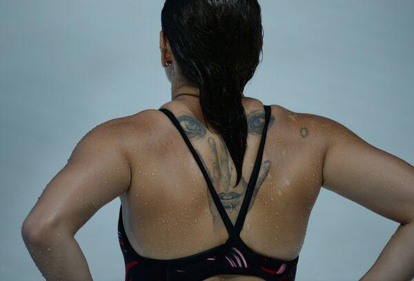 Участница во время разминки перед соревнованиями по синхронным прыжкам в воду с вышки 10 м среди женщин