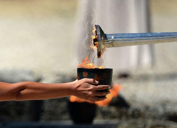 Факел и чаша с Олимпийским огнем