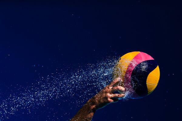 Спортсмен в матче второго предварительного раунда по водному поло