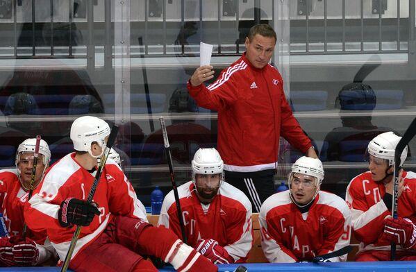 Главный тренер Спартака Герман Титов (на втором плане) и хоккеисты клуба