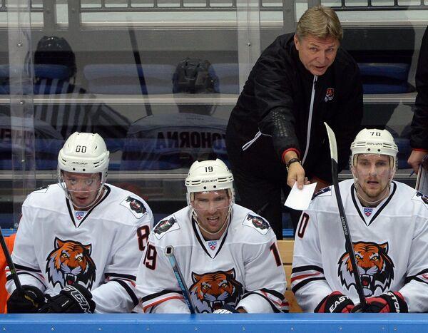 Главный тренер Амура Сергей Шепелев (на втором плане) и хоккеисты клуба