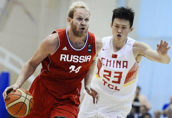 Защитник сборной России по баскетболу Антон Понкрашов (слева)