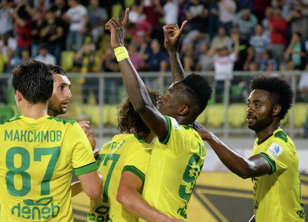 Игроки ФК Анжи радуются забитому мячу