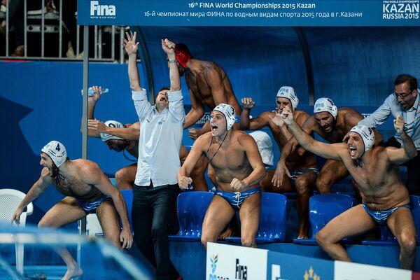 Игроки сборной Греции по водному поло и главный тренер команды Теодорос Влахос (второй слева) радуются победе в матче против Италии