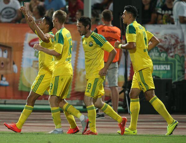 Футболисты Кубани радуются голу, забитому в ворота Краснодара