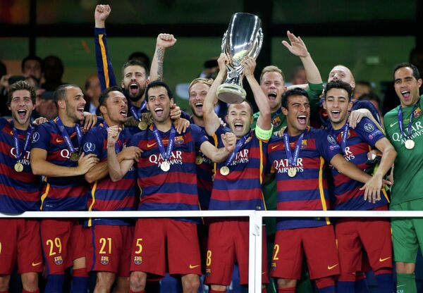 Футболисты Барселоны с Суперкубком УЕФА