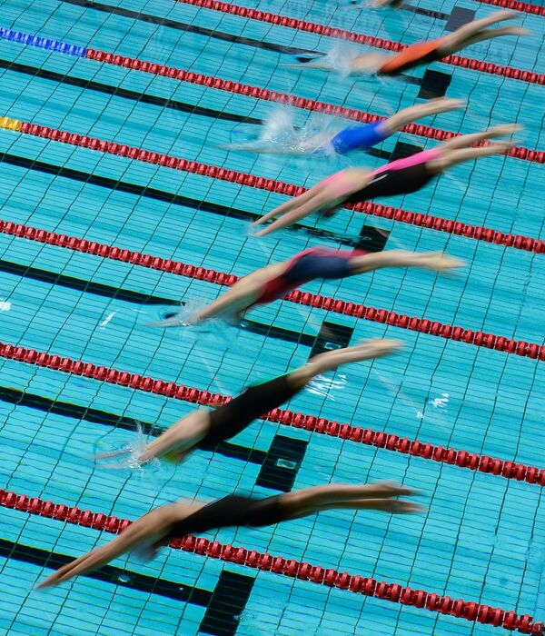Спортсменки на старте дистанции 200 метров брассом среди женщин на этапе Кубка мира FINA по плаванию в Москве