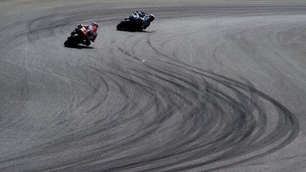 Испанец Хорхе Лоренсо из команды Ямаха и испанец Марк Маркес из Хонды во время Гран-при Чехии по шоссейно-кольцевым мотогонкам в классе MotoGP