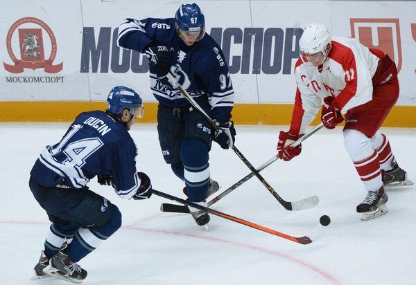 Игроки Динамо Егор Дугин, Максим Карпов и защитник Спартака Андрей Ермаков (слева направо)