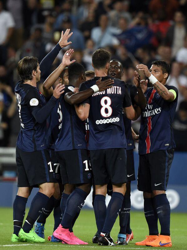 Футболисты Пари Сен-Жермен радуются забитому голу