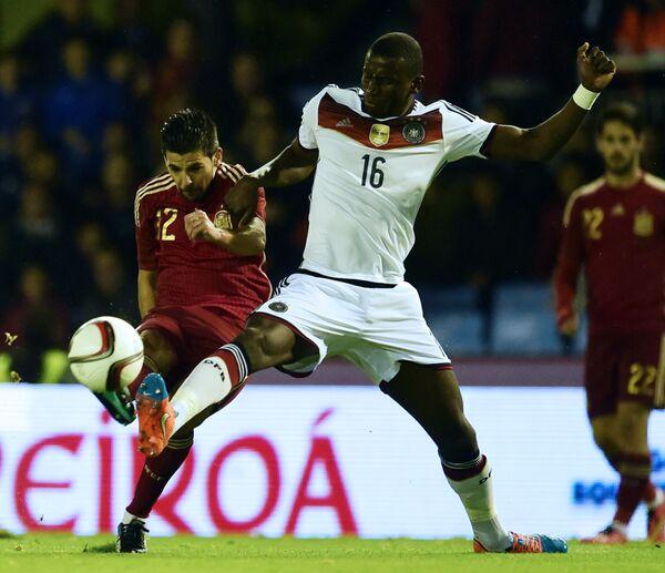 Защитник сборной Германии по футболу Антонио Рюдигер (справа)