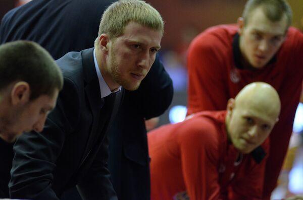 Баскетбольный тренер Эдуард Сандлер (второй слева)