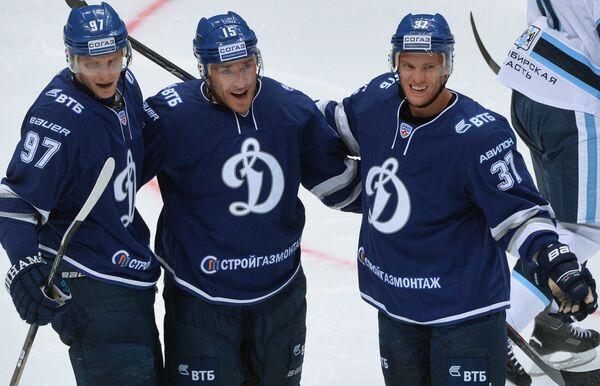 Игроки ХК Динамо Максим Карпов, Мартиньш Карсумс и Мэт Робинсон (слева направо)