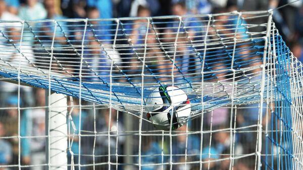 Футбольный мяч на сетке ворот