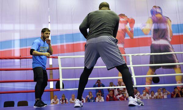 Американский боксер Рой Джонс-младший (справа) и экс-чемпион мира по версиям WBA и IBF в первом полусреднем весе Хабиб Аллахвердиев