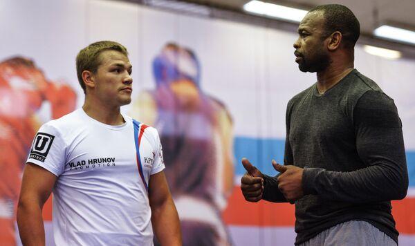 Американский боксер Рой Джонс-младший (справа) и чемпион мира по версии WBA во втором среднем весе Федор Чудинов