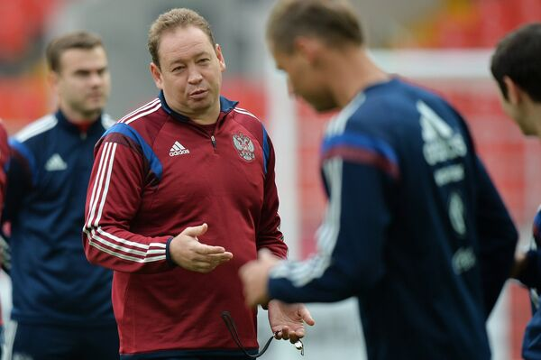 Главный тренер сборной России по футболу Леонид Слуцкий во время тренировки