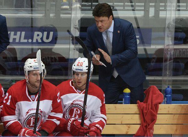 Главный тренер Витязя Олег Ореховский и хоккеисты клуба