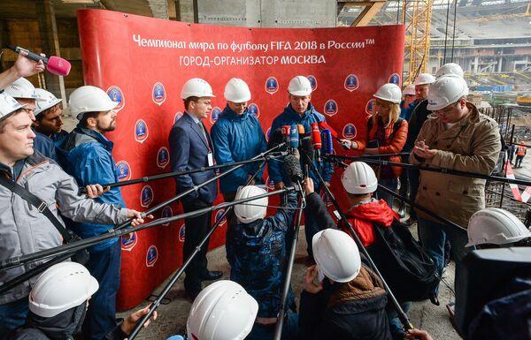 Генеральный директор Оргкомитета Россия - 2018 Алексей Сорокин и руководитель управления ФИФА по подготовке к чемпионату мира 2018 года Крис Унгер (в центре справа налево)