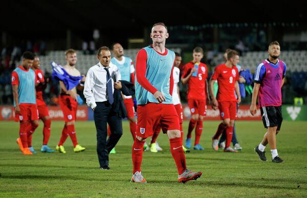 Футболисты сборной Англии во главе с Уэйном Руни радуются победе и выходу в финальную часть Евро-2016
