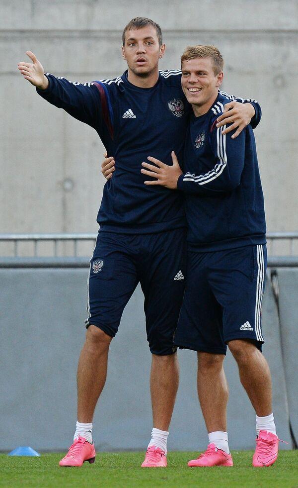 Форварды сборной России по футболу Александр Кокорин (справа) и Артём Дзюба