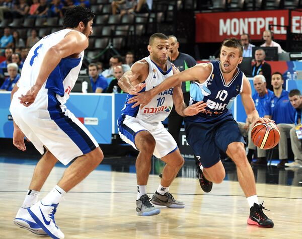 Разыгрывающий сборной Боснии и Герцеговины по баскетболу Неманья Гордич (справа)