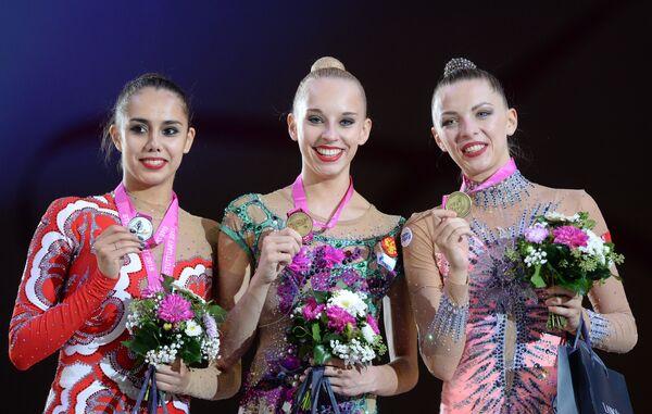 Маргарита Мамун (Россия) - серебряная медаль, Яна Кудрявцева (Россия) - золотая медаль, Мелитина Станюта (Белоруссия) - бронзовая медаль (слева направо)