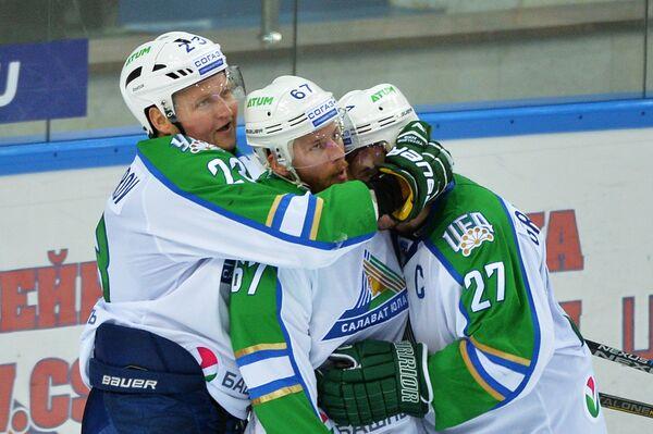 Хоккеисты Салавата Юлаева Дмитрий Макаров, Линус Умарк и Игорь Григоренко (слева направо)