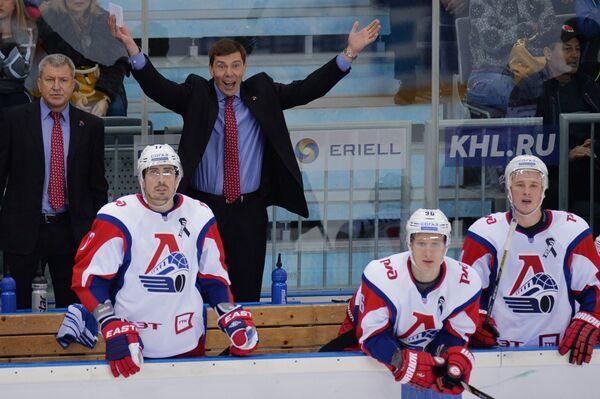 Главный тренер ХК Локомотив Алексей Кудашов (второй слева на втором плане)