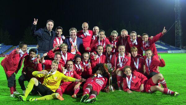 Футболистки и тренерский штаб Звезды-2005