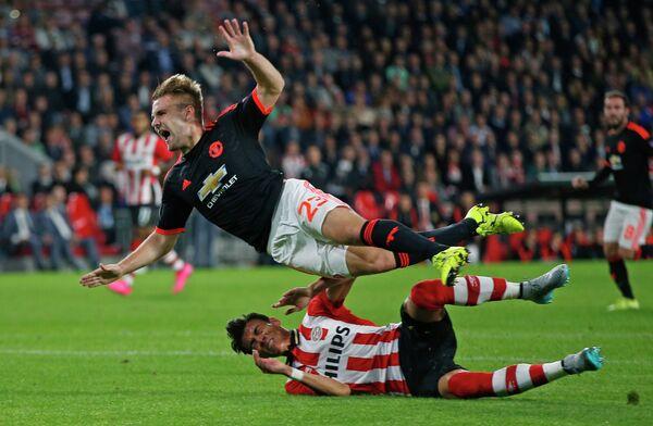 Защитник Манчестер Юнайтед Люк Шоу (сверху)