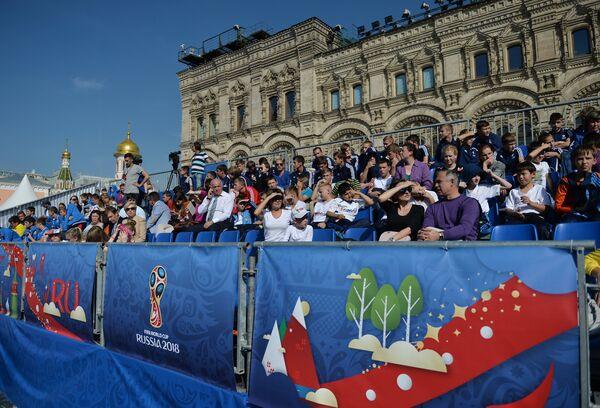 Зрители на трибуне, выстроенной на Красной площади во время мероприятий в рамках празднования 1000 дней до ЧМ-2018 в России