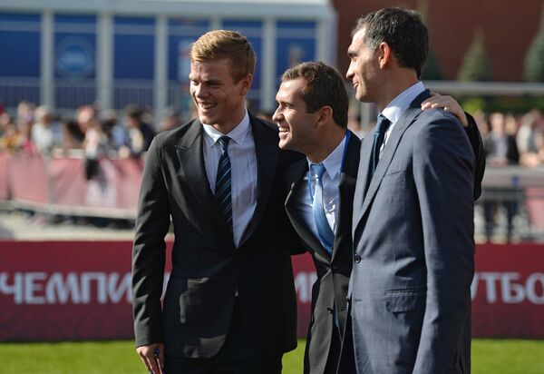 Игроки сборной России Александр Кокорин и Александр Кержаков и Владимир Габулов (слева направо)
