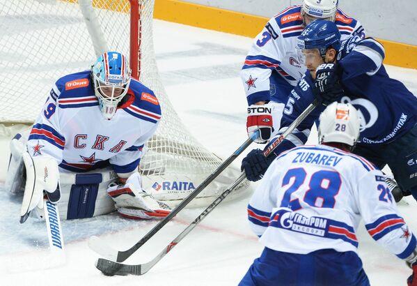 Вратарь СКА Микко Коскинен (слева)
