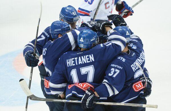 Хоккеисты Динамо радуются забитому голу